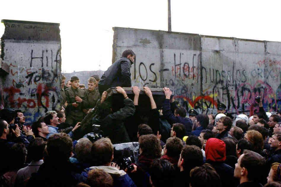 the factors that led to the fall of the famous berlin wall The fall of the berlin wall and the subsequent reunification of germany were events that surprised the german populations b internal factors this disillusion with reunification led to sometimes severe tensions between west germans and the former east germans.